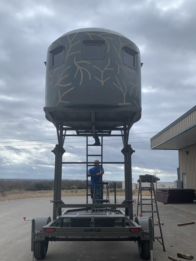 Monster swift lift. Mobile hunting tower with large hunting blind on top